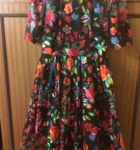 Платье с цветами приталенное