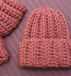 Зимняя шапка зефирка брусничная