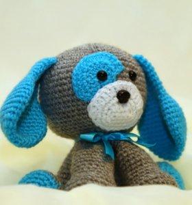 Вязанная игрушка щенка с голубым ушком