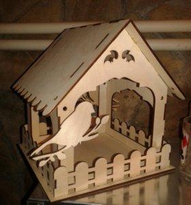 Кормушка для птиц в виде домика.