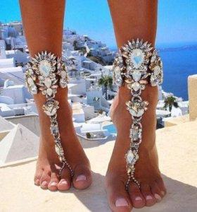 Украшение на ногу с темными кристаллами.