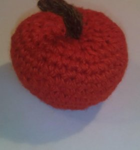 Яблоко вязаное красное.