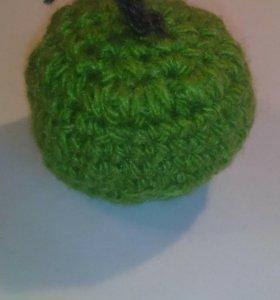 Яблоко вязаное зелёное.