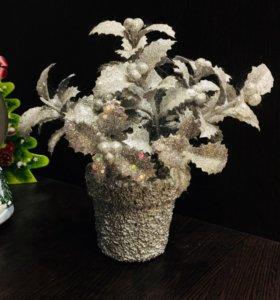 Новогодний цветок в горшке для интерьера
