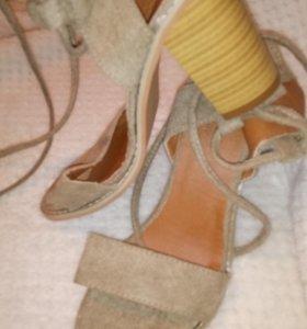 Босоножки на каблуках замшевые