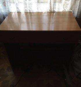 Деревянный стол с ящиком