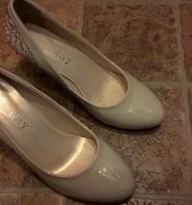 Туфли лаковые бежевые
