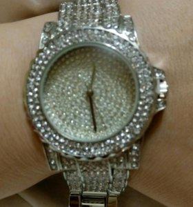 Новые сверкающие часы