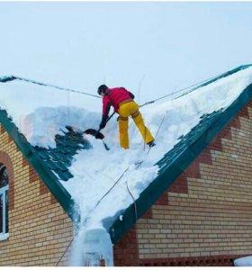Уборка снега, чистка снега с крыши дома.