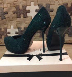 Зеленые замшевые туфли со стразами