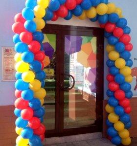 Гирлянда из разноцветных воздушных шаров.