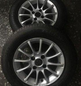 Два автомобильных колеса