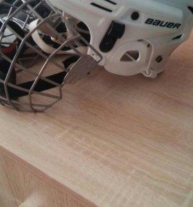 Шлем хоккейный и защита на ноги