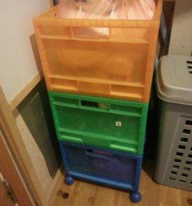 Ящики с игрушками и мольберт