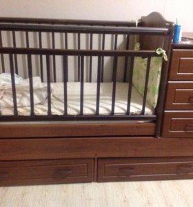 Кровать с комодом и маятником