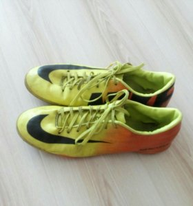 Футбольные кроссовки