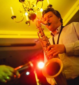 Музыкант на свадьбу, праздник, саксофонист