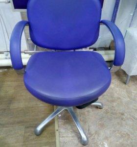 Зеркало и кресло