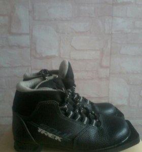 Ботинки лыжные,с тремя дырочками сзади для лыж.