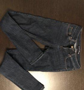 Темно синие джинсы