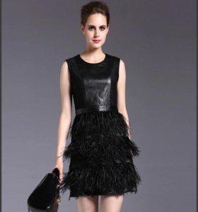 Кожаное платье с перьями