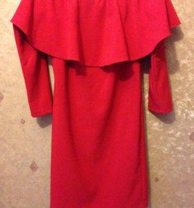Шикарное платье красного цвета.