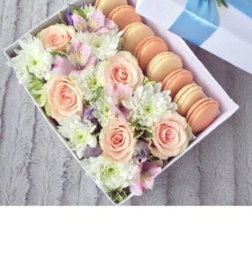 Коробочка с макакрунами и с живыми цветами