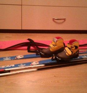 Лыжи с ботинками и лыжными палками