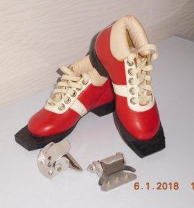 Лыжные детские ботинки 28 размер с креплениями.
