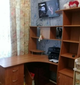 Продаётся угловой письменный стол.