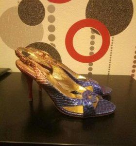 Стильные Новые туфли под змеиную кожу