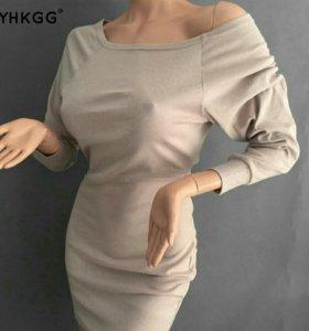 Платье с открытым плечиком.