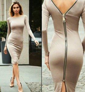 Облигающее платье с застежкой.