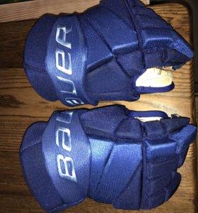 Профессиональные хоккейные краги Bauer.