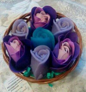 Корзинка с 4 бутонами роз из мыла и 3 пенок