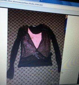Чёрная блузка с розовой вставкой