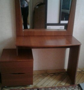 Туалетный стол с зеркалом.