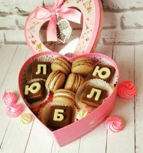 Коробочка с живыми цветами и сладостями