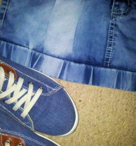 Джинсовые кеды и юбка.