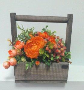 Декоративный ящик с цветами