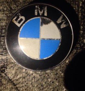 BMW-эмблема на капот.