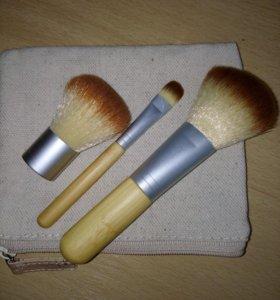 Набор кистей для макияжа в специальной косметичке.