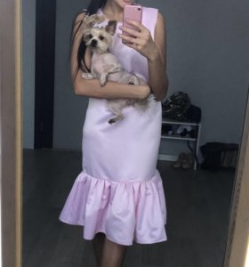 Атласное платье с баской