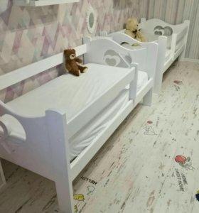 Кровать с сердечками.