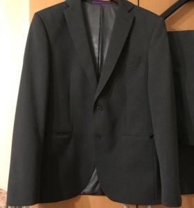 Стильный приталенный мужской костюм