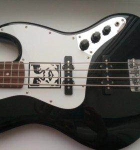 Squier by Fender Jazz Bass. Бас-гитара.