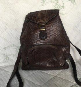 Сумка-рюкзак из кожи питона.