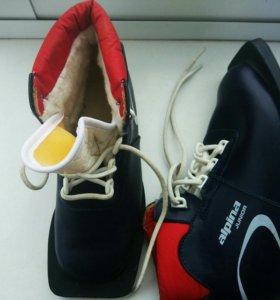 Лыжные ботинки б/у, есть палки 110см