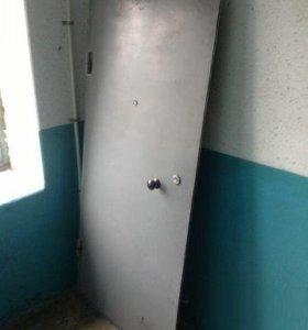 Железная входная дверь.