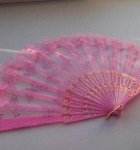 Веер розовый с кружевами.